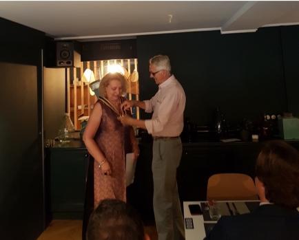 Alain Guibert passe le collier à Agnès Bringas